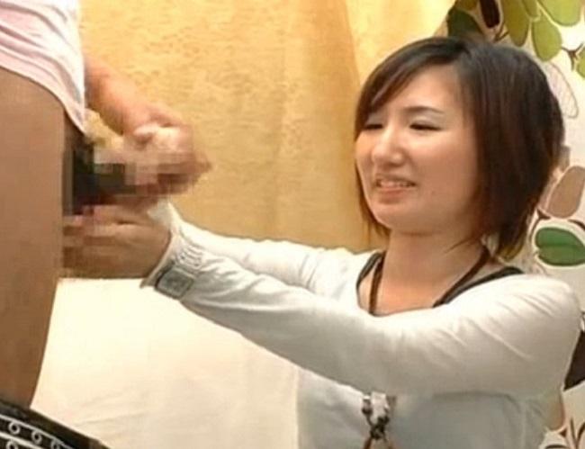 素人娘の手コキ!落ち着いた感じのお姉さんがお●んちん手コキでザーメン発射の瞬間を見届ける